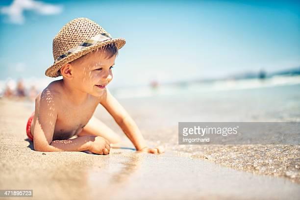 Petit garçon, profitant de la vue sur la mer