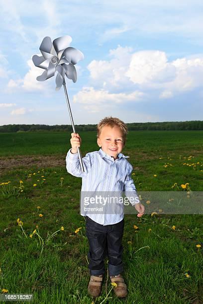 Kleine Junge zu Windenergie