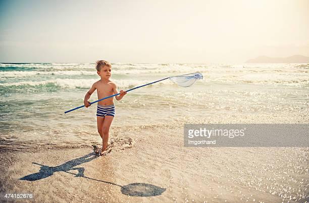Petit garçon pêche en mer