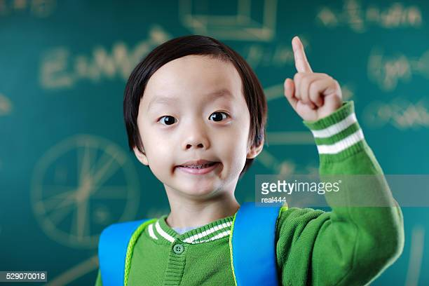 Petit garçon va à l'école