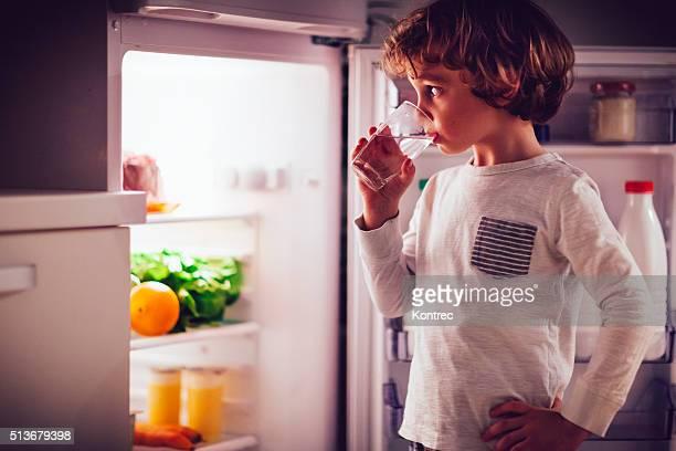 Kleiner Junge mit einem Glas von Wasser