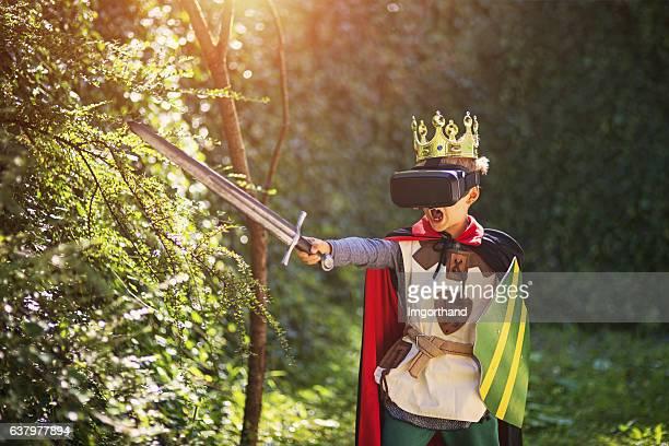 Rapaz a divertir-se a brincar com auscultadores com microfone de realidade virtual