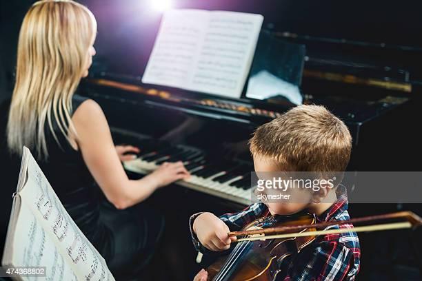 Kleine Junge mit Violine-Lektion.