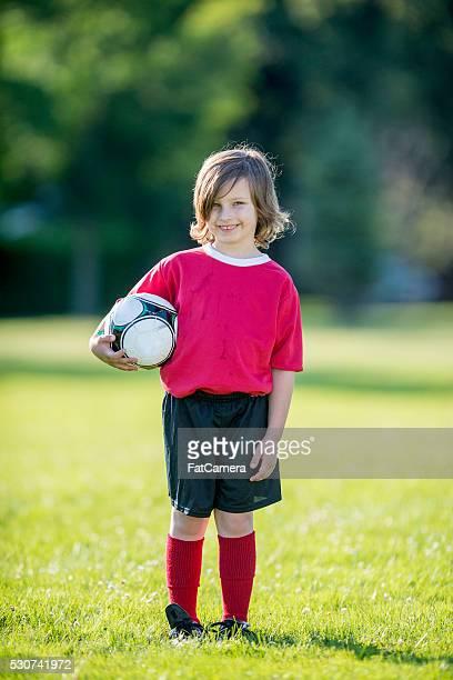 Petit garçon tenant un ballon de football