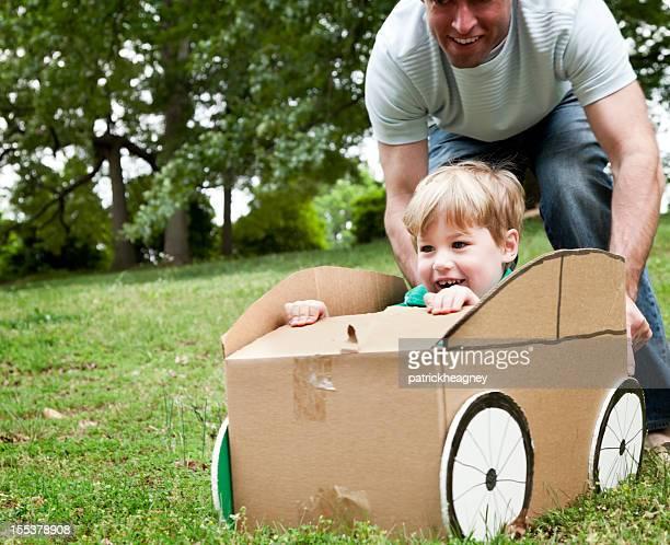 Petit garçon dans une voiture en carton