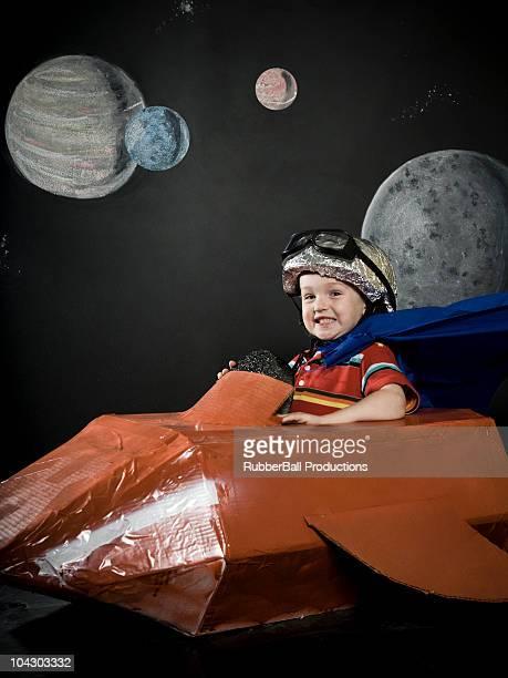 Kleine Junge in einem rocketship