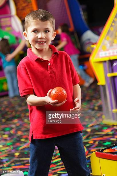 Little Boy en una sala de máquinas recreativas