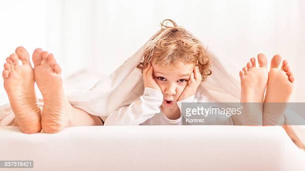 Petit garçon en famille lit