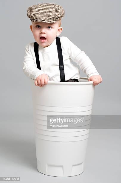 Kleine Junge in Papier Tasse ist Spaß
