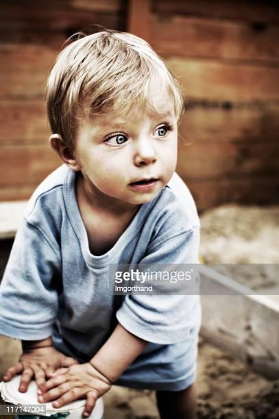 Kleine Junge in Sandkasten