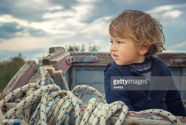 Kleine Junge auf dem Boot