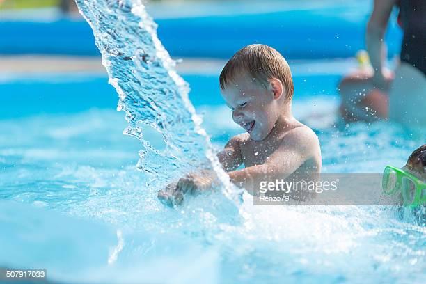 Kleine Junge in water park