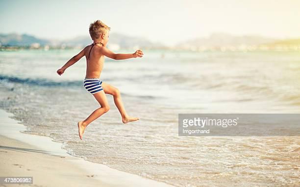 ジャンプ少年海に