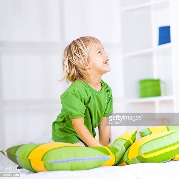 Little boy salto de cama