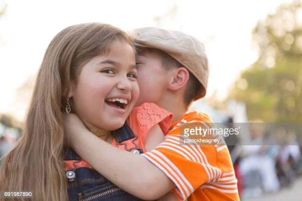 Liten pojke kyssar liten flicka