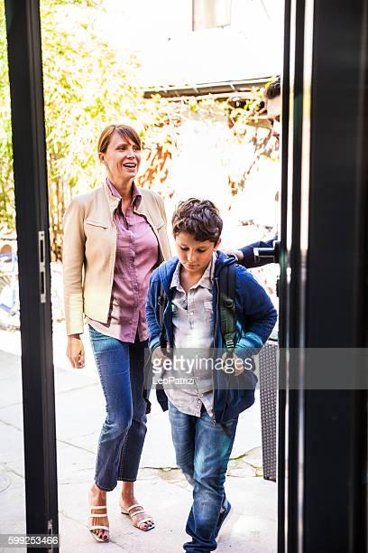 Kleiner Junge verlassen für die Schule mit Eltern am Morgen
