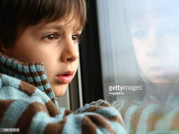 Petit garçon à la recherche de la fenêtre
