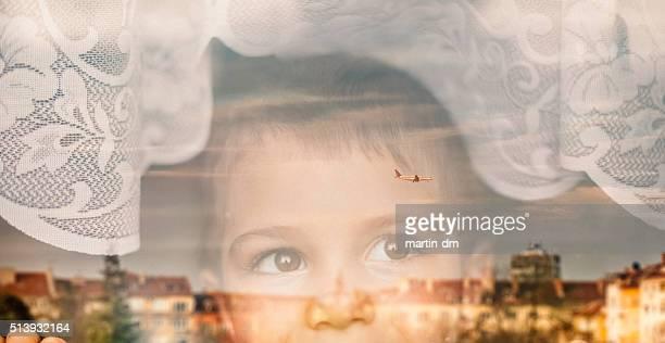 Kleiner Junge Blick durch das Fenster
