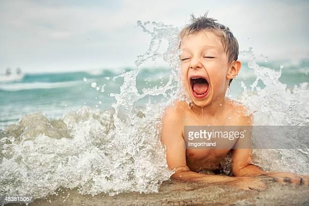 Petit garçon sur la plage