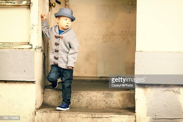 Petit garçon sur les marches