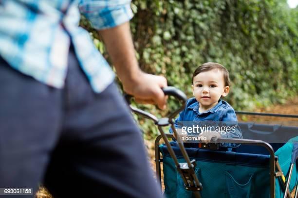 Kleiner Junge auf Spielzeug Wagen Blick in die Kamera