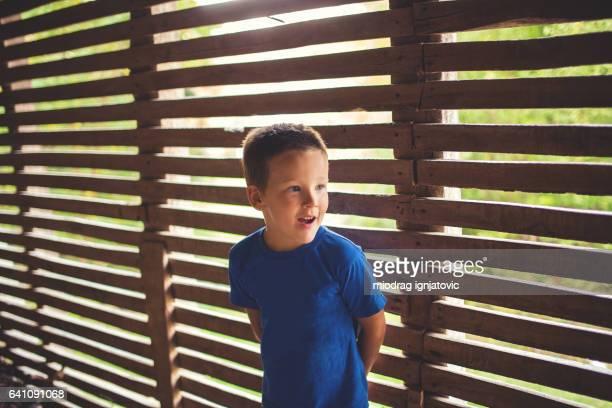 Kleine Junge im Freien