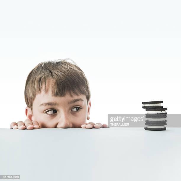 Petit garçon Regarder à la dérobée sur certains cookies
