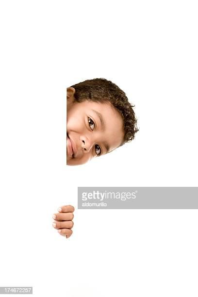 Petit garçon Regarder à la dérobée
