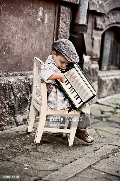 アコーディオンで遊ぶ少年