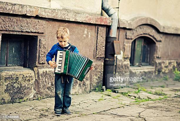 Kleiner Junge spielt Akkordeon