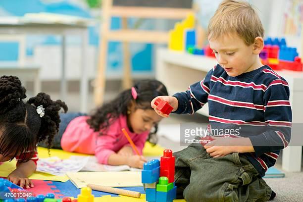 Kleiner Junge spielt auf Tagesbetreuung
