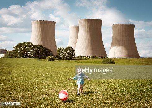 遊ぶ少年に近く、原子力発電所