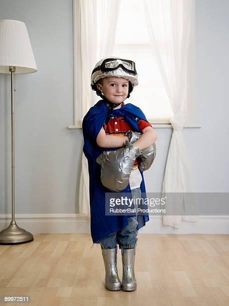 Petit garçon jouant habiller