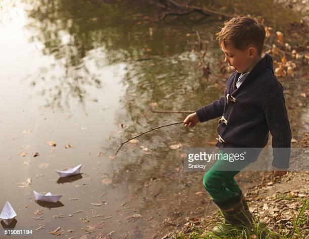 Petit garçon jouant dans la rivière.