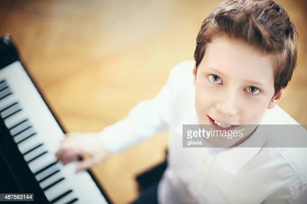 少年ピアノ演奏します。