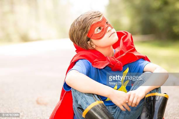 屋外で遊ぶ少年スーパーヒーローます。Galettoria 、ドレスアップします。
