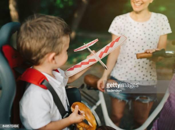 Kleiner Junge spielt mit einem Flugzeug Spielzeug