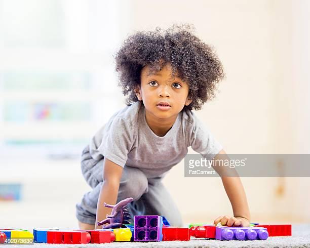ブロックで遊ぶ少年