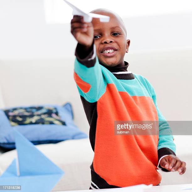Petit garçon jouant avec Avion en papier