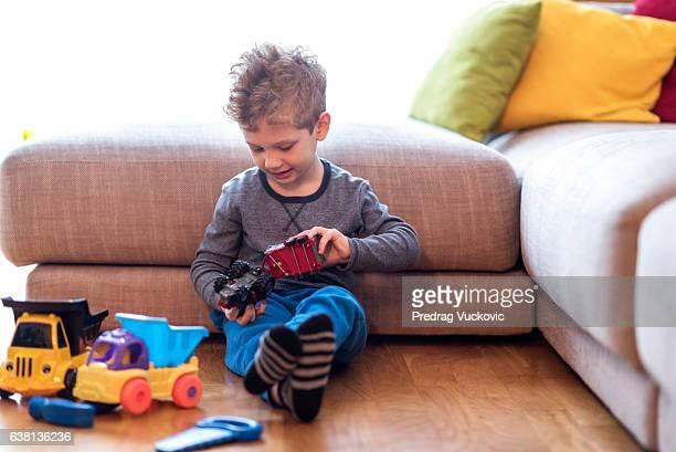 Kleiner Junge spielt mit Spielzeug