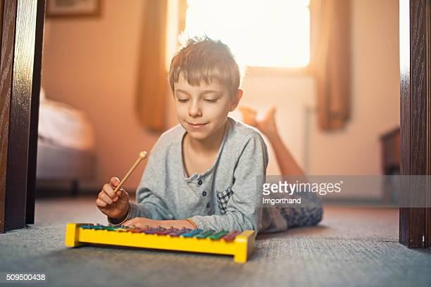 Kleine Junge spielen Xylophon