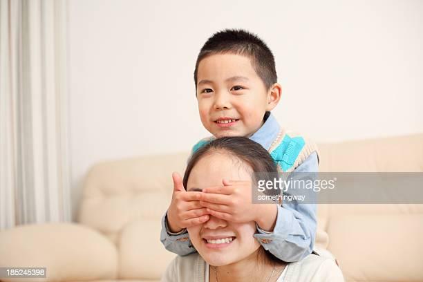 Petit garçon jouant avec sa mère