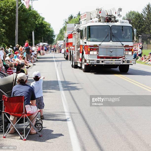 Rapaz apontando em fogo motores durante Desfile