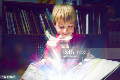 Little boy reading a book : Foto de stock