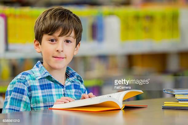 Rapaz ler um livro