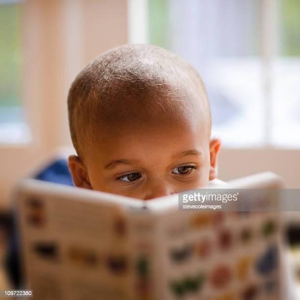 Petit garçon lecture livre