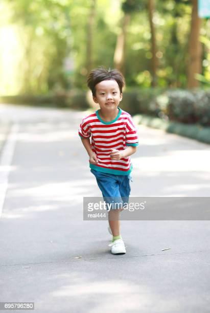 Jongetje, uitgevoerd in het park