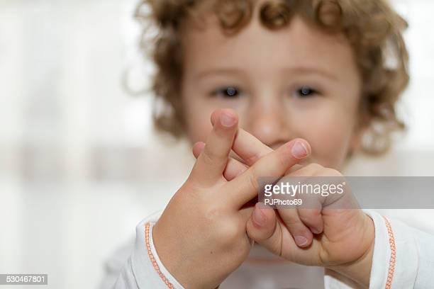 Kleine Junge mit Hashtag Symbol