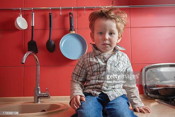 Ragazzino seduto al the kitchen table