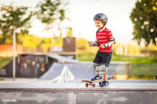 Kleine Junge skateboarding